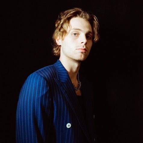 """5 Seconds of Summer lead singer Luke Hemmings debuts solo album and it's """"A Beautiful Dream"""""""
